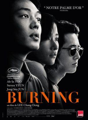 Lors d'une livraison, Jongsu, un jeune coursier, retrouve par hasard son ancienne voisine, Haemi, qui le séduit immédiatement.  De retour d'un voyage à l'étranger, celle-ci revient cependant avec Ben, un garçon fortuné et mystérieux.  Alors que s'instaure entre eux un troublant triangle amoureux, Ben révèle à Jongsu son étrange secret. Peu de temps après, Haemi disparaît…  Film coréen de Lee Chang-Dong, sorti en France le 29 Août 2018, avec Yoo Ah-In, Steven Yeun, et Jeon Jong-seo.  LIRE LA CRITIQUE