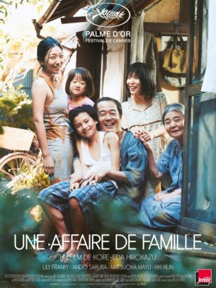 Au retour d'une nouvelle expédition de vol à l'étalage, Osamu et son fils recueillent dans la rue une petite fille qui semble livrée à elle-même.  D'abord réticente à l'idée d'abriter l'enfant pour la nuit, la femme d'Osamu accepte de s'occuper d'elle lorsqu'elle comprend que ses parents la maltraitent.  En dépit de leur pauvreté, survivant de petites rapines qui complètent leurs maigres salaires, les membres de cette famille semblent vivre heureux – jusqu'à ce qu'un incident révèle brutalement leurs plus terribles secrets…  Film japonais de Hirokazu Kore-eda , sorti le 12 décembre 2018 avec Lily Franky, Sakura Andô, et Mayu Matsuoka.  LIRE LA CRITIQUE